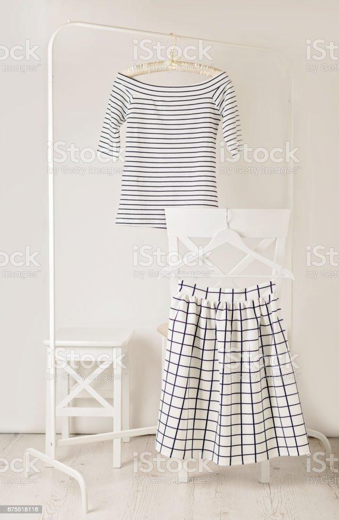 Rayures tendance de mode. Rayé blanc jupe haut et blanc dans la cellule. photo libre de droits