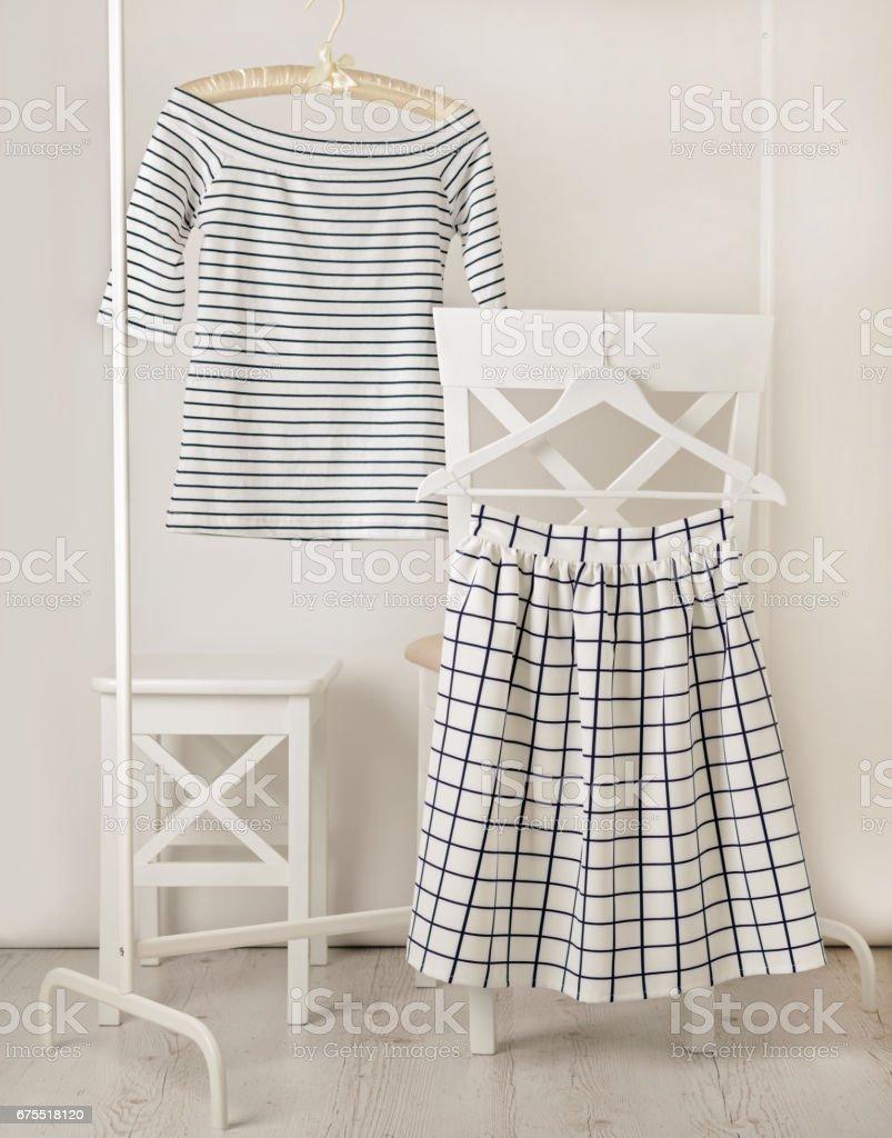 Moda trend çizgileri. Hücre üst ve beyaz etekli beyaz çizgili. royalty-free stock photo