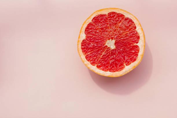 mode. tropische frische sommer-set. mode-design. obst zitrusfrüchte. rote grapefruit. helle farbe. kreative kunst. minimal. draufsicht der mode. sommer-strand-konzept. rosa hintergrund. - exklusive mode stock-fotos und bilder