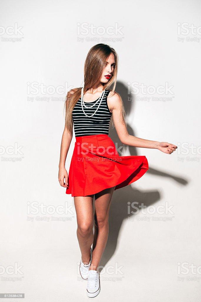 Libre Droit Jupe Urbaine De En Mode Jeune Photo Rouge Femme rBsdCQothx