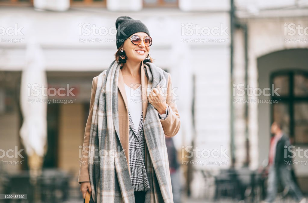 Mode weared Frau geht auf Stadtstraße – Foto