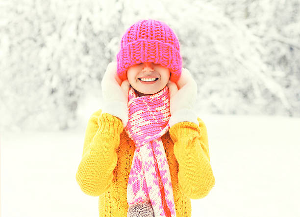 fashion winter happy smiling woman wearing a colorful knitted hat - mützenschal stock-fotos und bilder