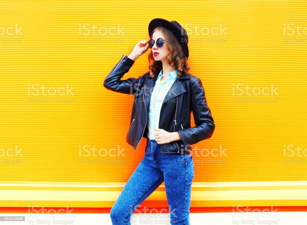 Mode Frau Bunte Schwarzen Rock Hut Über Orange Im Jacke H9D2ebWIYE