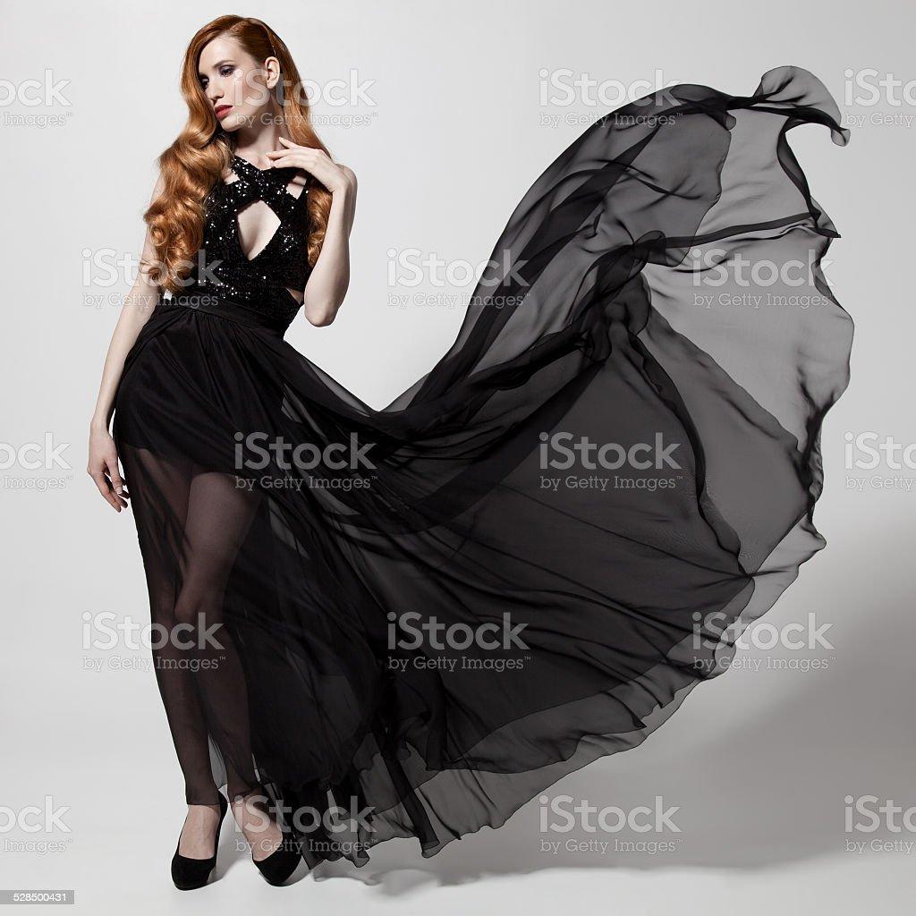 08e8841a51b5 Moda Donna In Svolazzanti Vestito Nero Sfondo Bianco - Fotografie ...