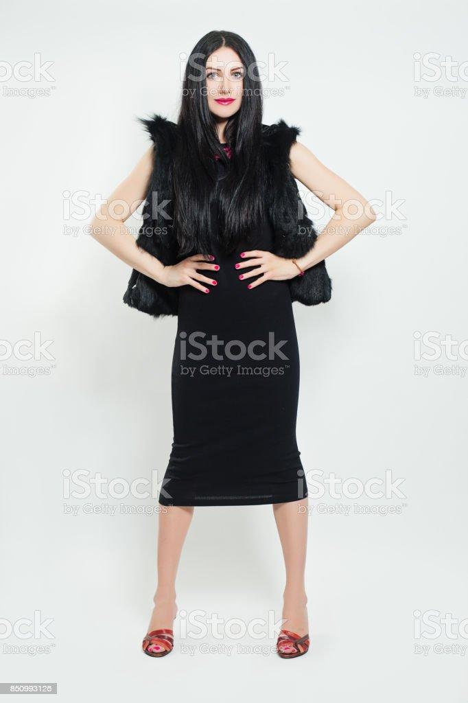 Vestido negro y chaqueta de cuero