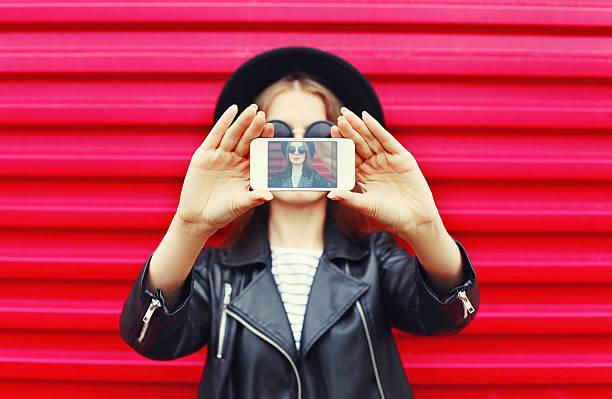Mode Frau macht Selbstporträt mit Smartphone in der Stadt-pink – Foto