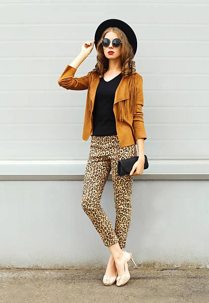 fashion woman model wearing elegant hat, sunglasses, brown jacket handbag - bedruckte leggings stock-fotos und bilder