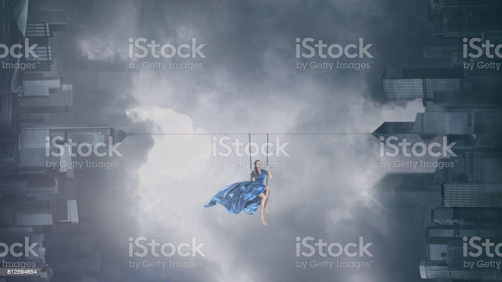 Femme mode Swing au-dessus de ville - Photo