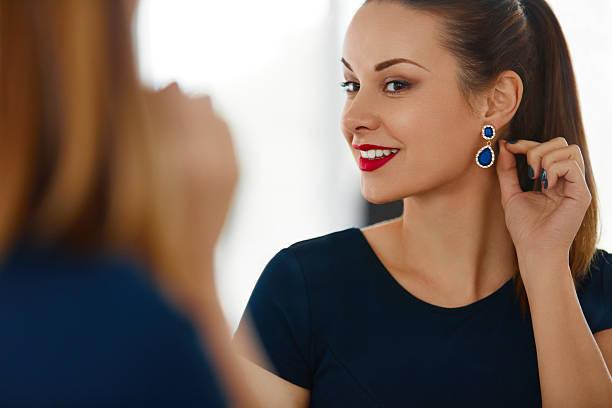 mode frau porträt. schöne elegante frauen lächeln schmuck - ohrringe stock-fotos und bilder