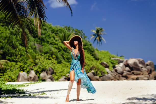 Mode Frau posiert am Strand in Dentropen – Foto