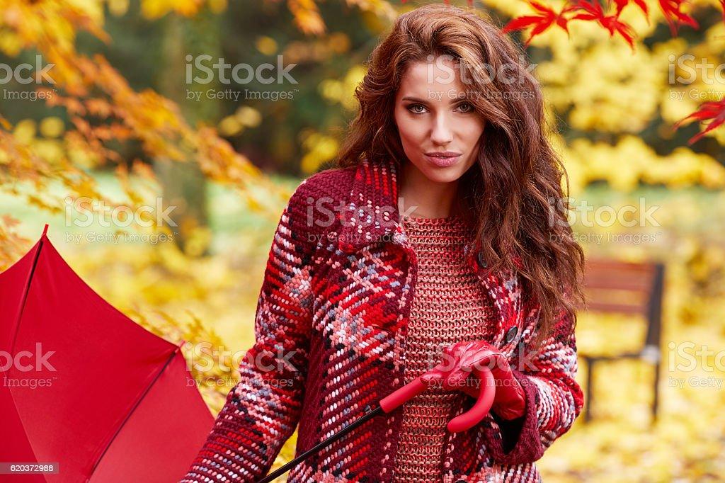 Moda kobieta spaceru w parku jesienią zbiór zdjęć royalty-free