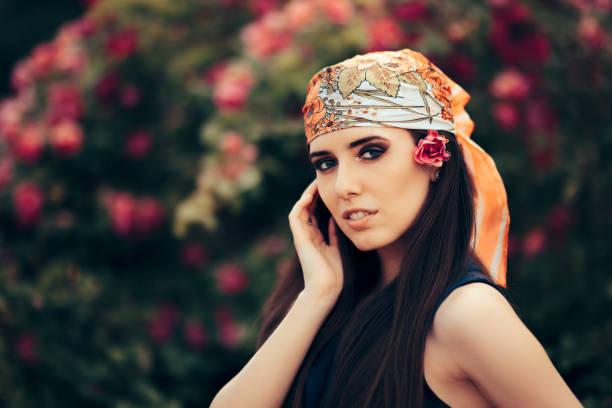 mode frau mit kopftuch im 70er jahre retro-stil outfit - hippie stirnbänder stock-fotos und bilder