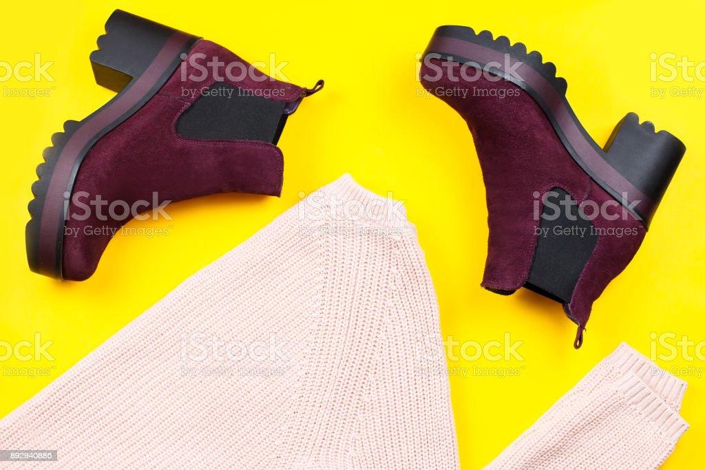 Vêtements de mode femme hiver et bottes sur fond clair, plat Lapointe - Photo