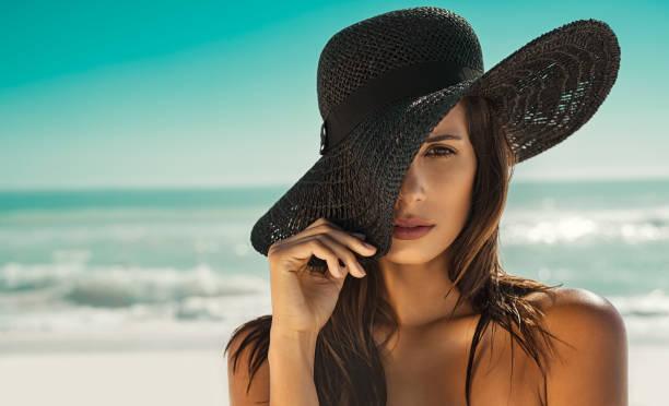 Moda mulher com chapéu de palha na praia - foto de acervo