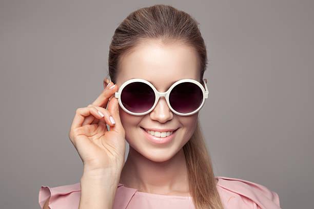 mode frau mit sonnenbrille. - haarschnitt rundes gesicht stock-fotos und bilder