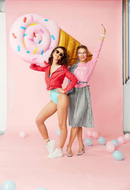 Vêtements femme. Happy Friends en vêtements d'été. - Photo