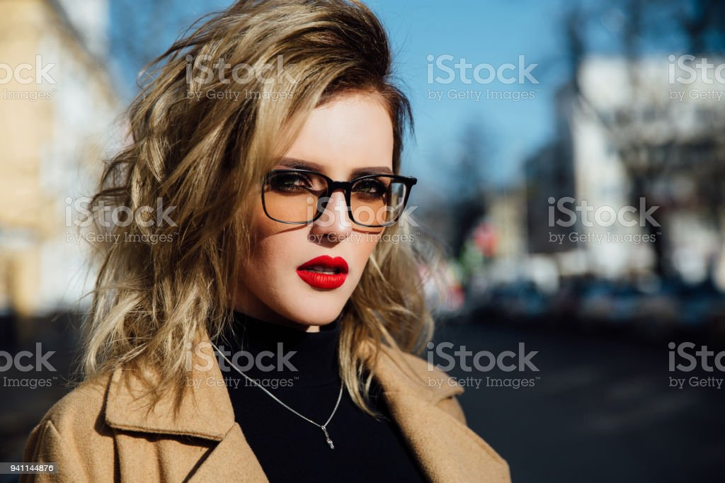 0c487f6a7d23d Mode Mädchen In Gläsern Blonde Rote Lippen Beige Mantel Zu Fuß ...