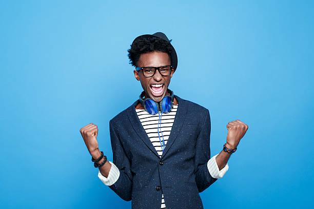 Modische Afro amerikanische Jungen sagt, Glück – Foto