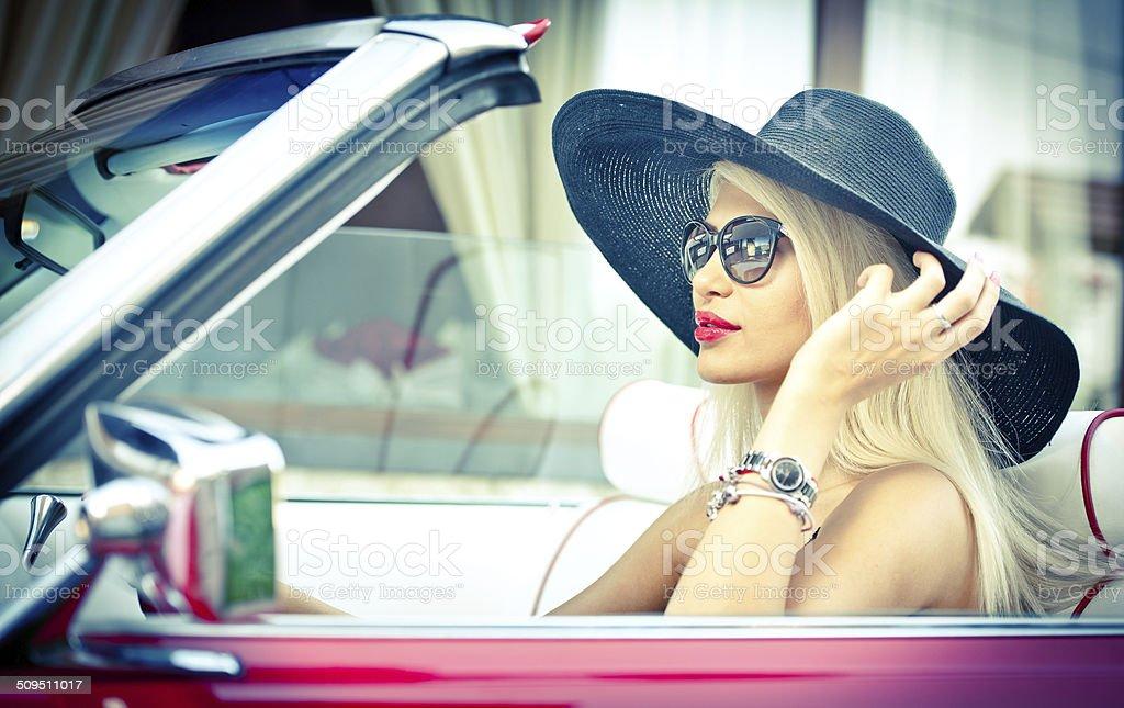 Modisch attraktive blonde mit schwarzen Hut in Rot Fahrzeug – Foto