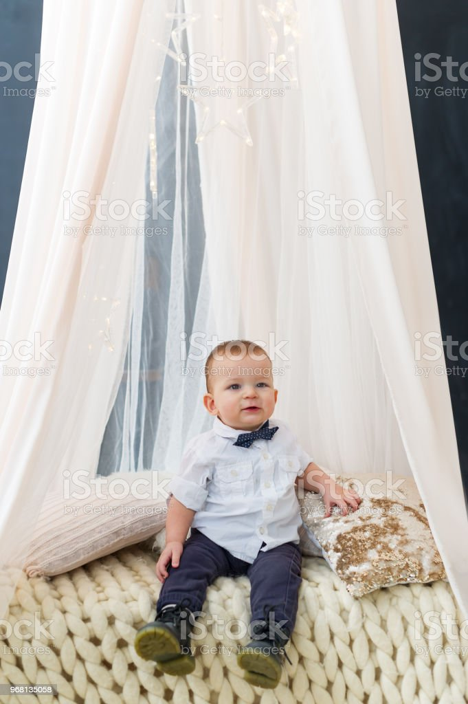 Photo libre de droit de La Mode Bébé Garçon Assis Dans La ...