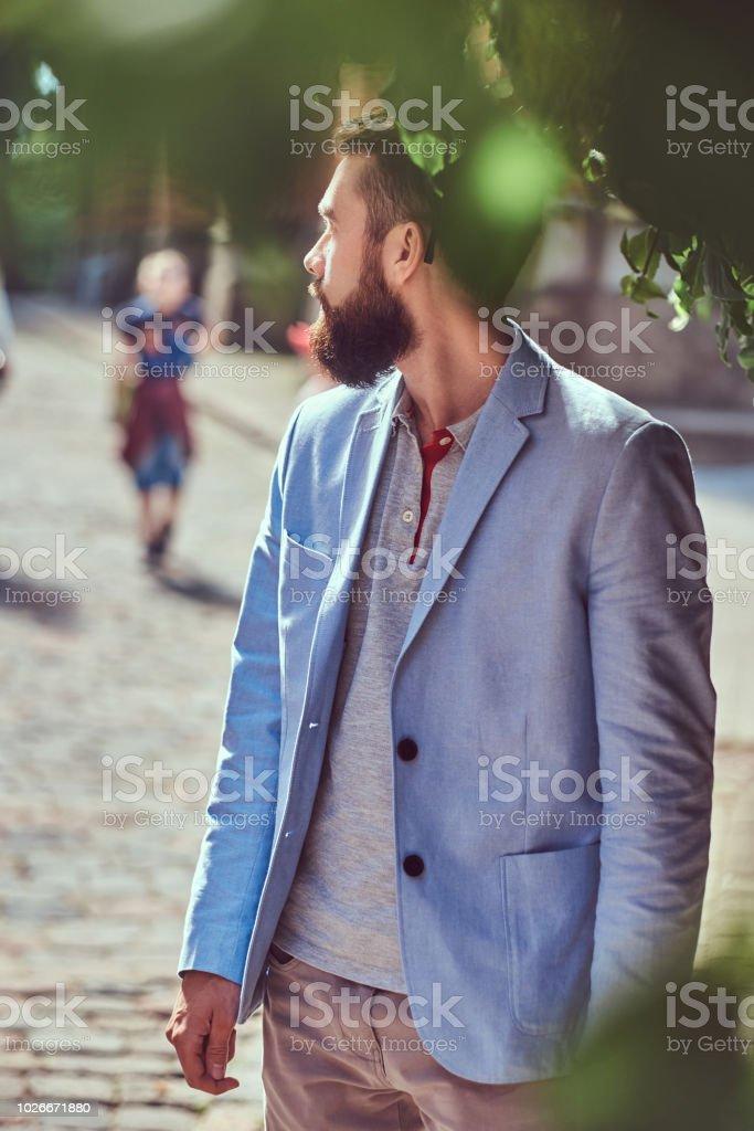 on sale c440a ce72b Eine Modische Bärtige Männer Tragen Stilvolle Kleidung Steht ...