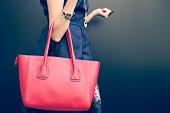 ファッショナブルな美しいビッグレッドのハンドバッグ