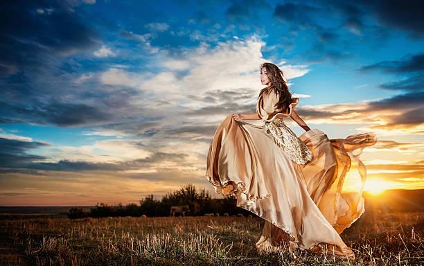 Modische schöne Junge Frau posieren gegen bewölkt Dramatischer Himmel – Foto