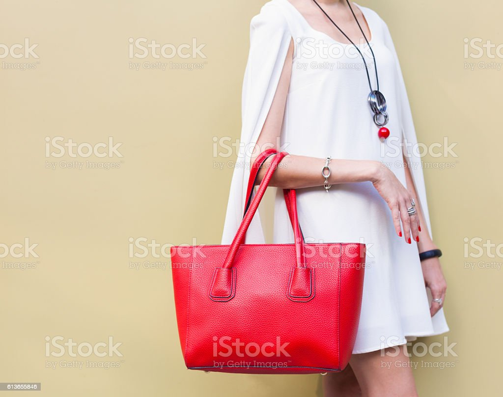 Fashionable big red handbag on the arm of the girl - foto de acervo