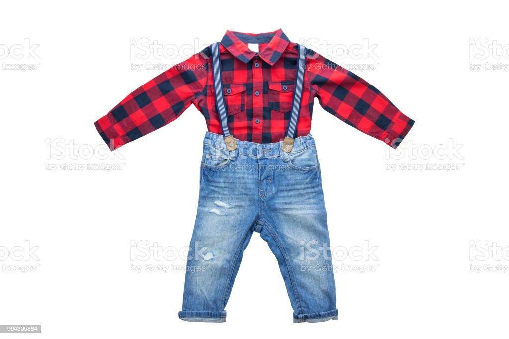 Moda jeans azul com chaves ou suspensórios para menino e vermelho camisa quadriculada com uma manga longa. Isolado. Roupas de crianças. - Foto de stock de Alemanha royalty-free