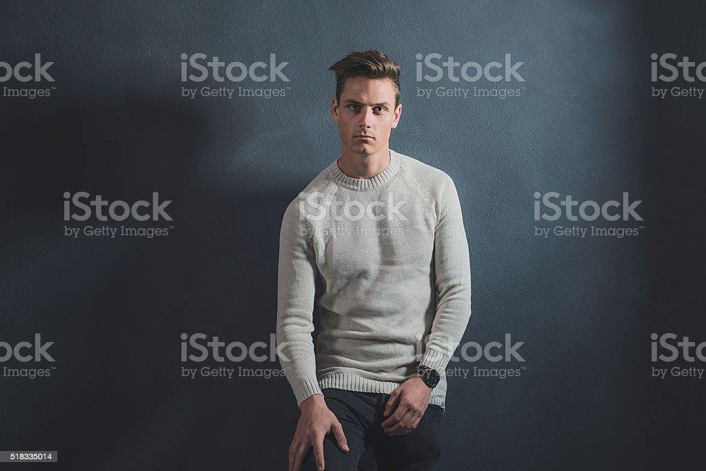 Moda Ocasionales Jovenes Hombre Usando Pantalones Vaqueros Beige Jersey Y Negro Foto De Stock Y Mas Banco De Imagenes De A La Moda Istock