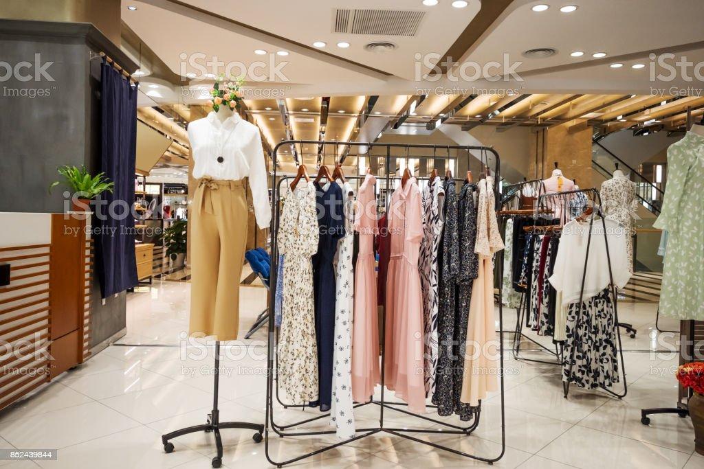 modische Kleidung in modernen Shopping-mall – Foto