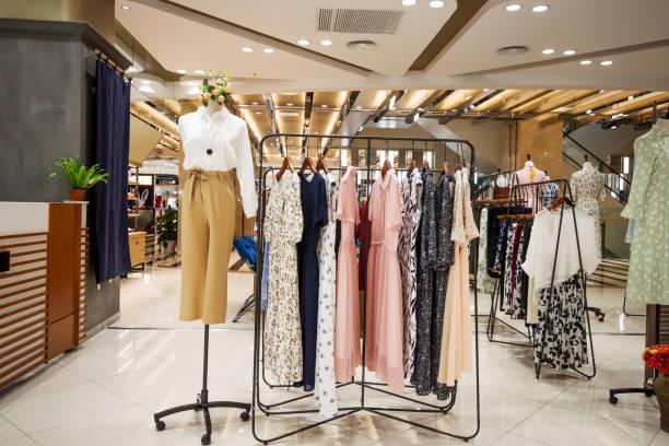 modieuze kleding in moderne winkelcentrum - kledingwinkel stockfoto's en -beelden