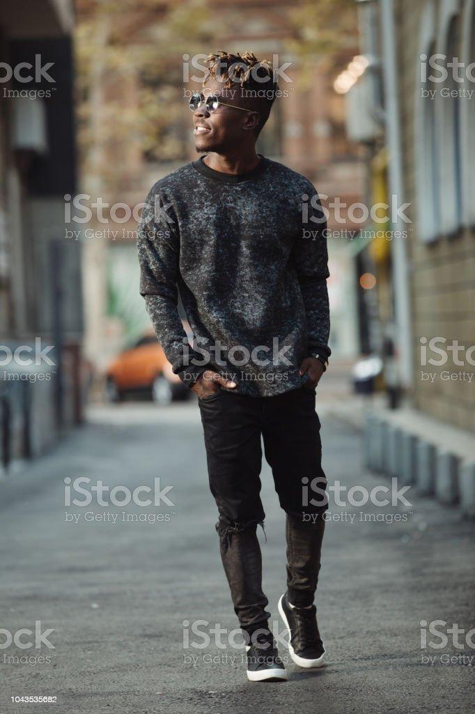 Moda Hombre Estilo Cool Usar Jeans Rotos Caminando En Territorio Urbano Foto De Stock Y Mas Banco De Imagenes De A La Moda Istock