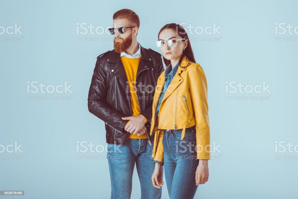 modischer paar in Lederjacken – Foto