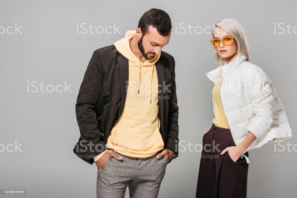 Foto De Elegante Par De Modelos Posando Com As Mãos Nos Bolsos