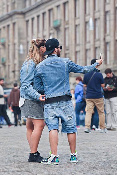 modisch angezogen europäischer abstammung paar selfie nimmt am dam platz, amsterdam - nike damen sneaker stock-fotos und bilder