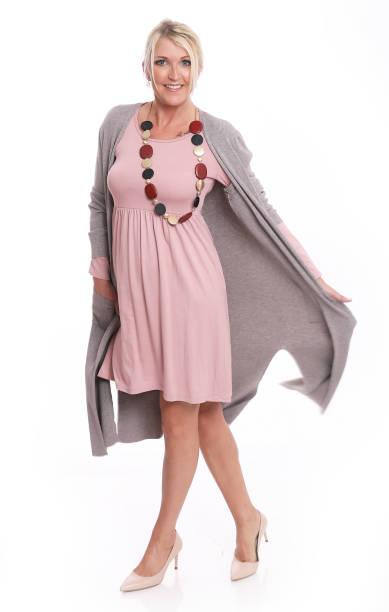modische weibliches modell in pastellfarben - dresses online shop stock-fotos und bilder