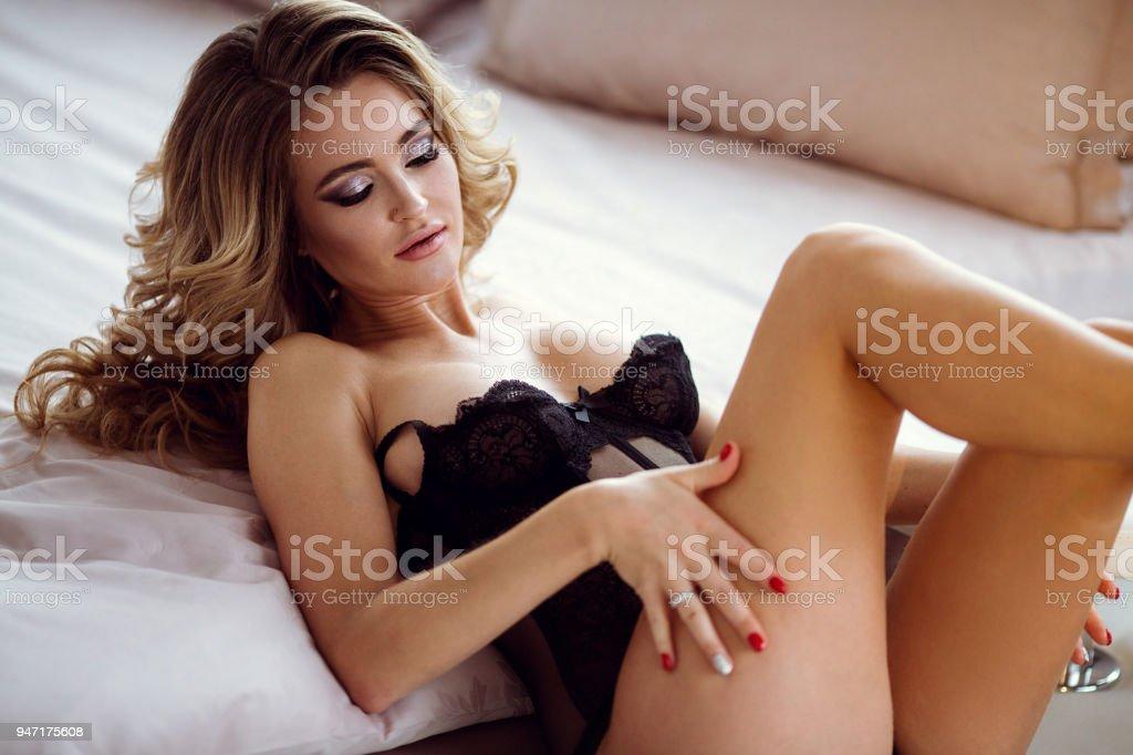 4f92392e7 Moda feminino retrato de senhora bonito no sutiã preto dentro de casa foto  royalty-free