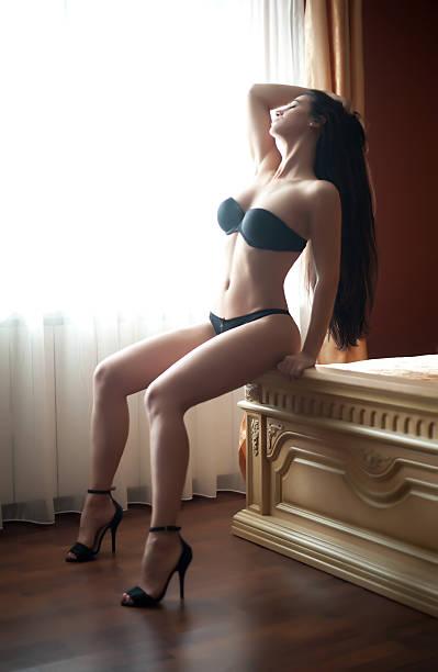 Modische Frau mit schönen Körper posieren glamourösen – Foto