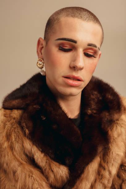 """毛皮のコートでファッショナブルなゲイの男 - """"gender fluid"""" ストックフォトと画像"""