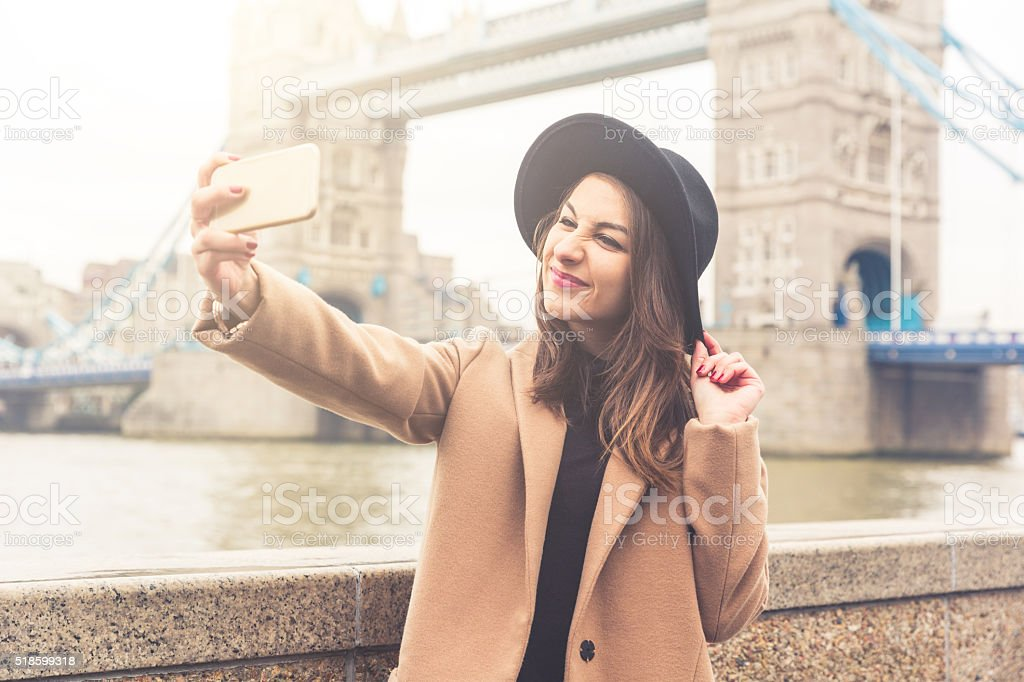 Elegante menina tomando uma selfie em Londres - foto de acervo