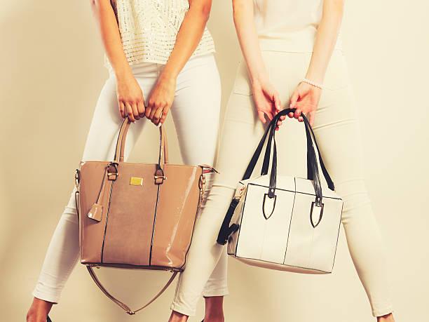 modische mädchen mit taschen und handtaschen. - leder handtaschen damen stock-fotos und bilder