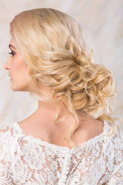 modisches kleid, schöne blonde model braut frisur und make-up-konzept - rückansicht auf junge, charmante dame im weißen hochzeit kleid stehen im innenbereich auf hellem hintergrund, hübsche frau posiert - festliche kleider kindermode stock-fotos und bilder