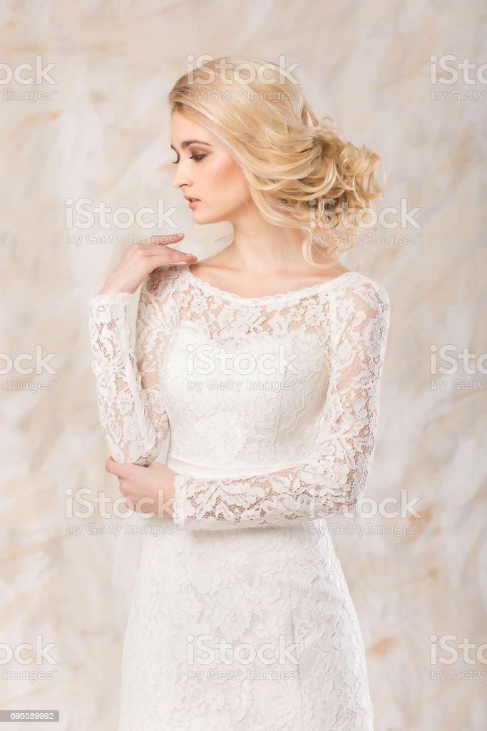 c866f07510b1ca Trendy Jurk Mooie Blonde Model Bruid Kapsel En Makeup Concept ...