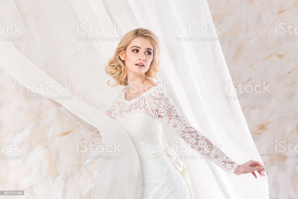 Modisches Kleid Schone Blonde Model Braut Frisur Und Makeupkonzept