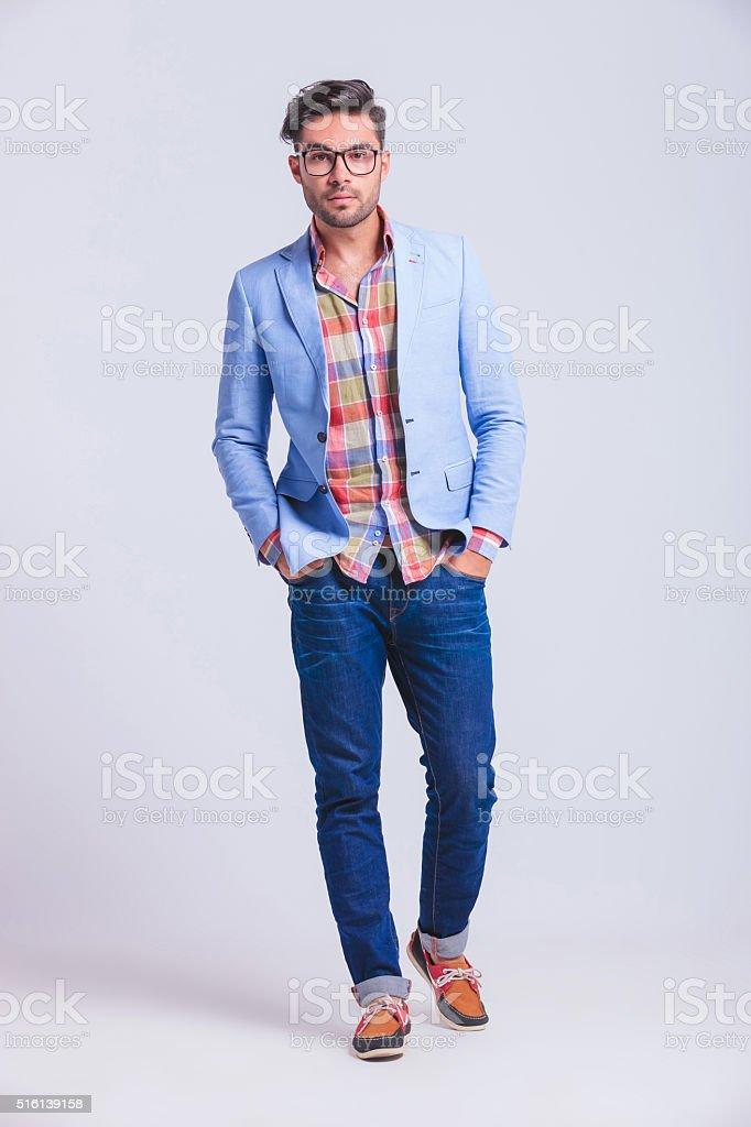 b33e2ad1a5e Mode jeune homme portant des lunettes à pied dans le Studio photo libre de  droits