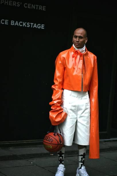 um homem elegante frequenta a semana de moda de londres coleção homens em londres - standing out from the crowd (expressão inglesa) - fotografias e filmes do acervo