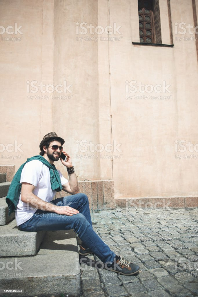 Fashionable man speaking by phone out of doors - Royalty-free Adult Stock Photo