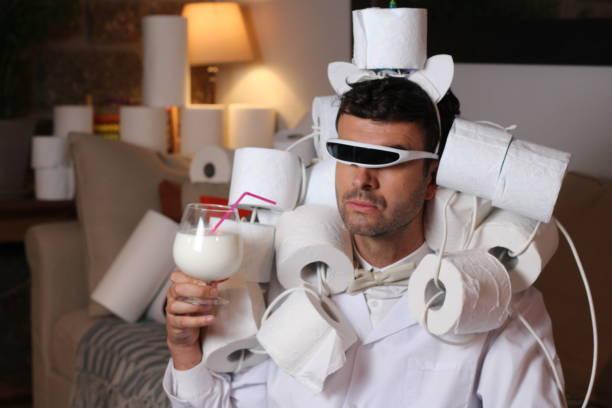 Homem da moda estocando papel higiênico em casa - foto de acervo