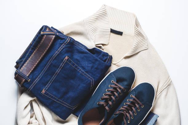 modische herrenbekleidung. jeans und schuhe auf hellem hintergrund - herren outfit stock-fotos und bilder
